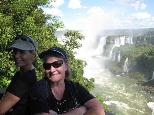 Silvia Bergamasco y Raine Golab en las cataratas del Iguazú. Silvia  Bergamasco and Raine Golab at Iguazu cataracts