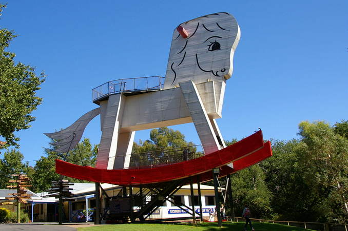 Any visitor to this confluence should see the Worlds Largest Rocking Horse, north of the Confluence