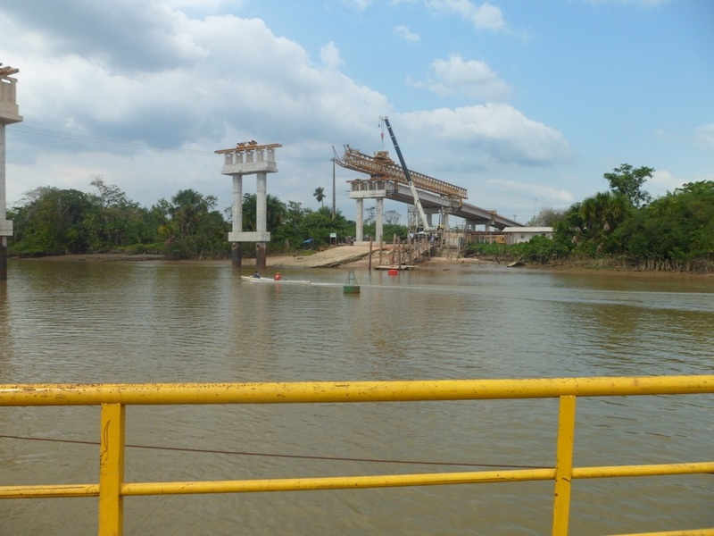 Balsa para travessia do rio Igarapé-Miri e ponte em construção - ferry crossing Igarapé-Miri River and bridge being constructed