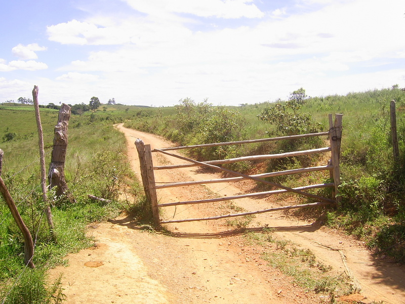 Porteira no caminho - gate in the path