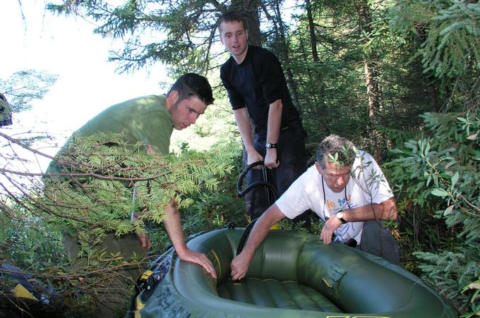Martin, Martin et Bernard en train de gonfler le bateau sur le bord du lac Joybert. / Martin, Martin et Bernard inflating the boat on the shore of Joybert Lake.