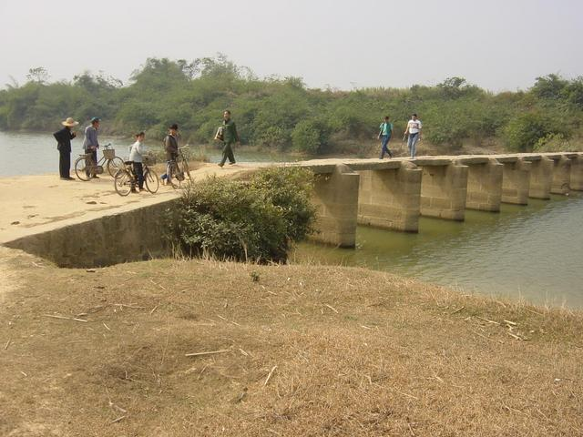 Bridge across the river east of Napeng, about 6 km west of the confluence