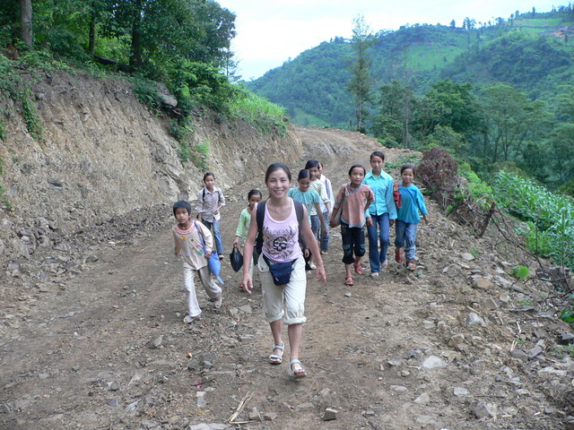 Ah Feng and our entourage of schoolchildren on the way back to Dáyāng.