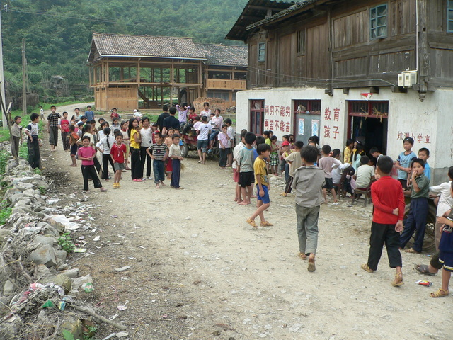 Ah Feng attracted a huge crowd of curious children in Kēngdòng.