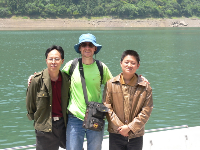 Targ and the two dam authority personnel: Cáo Fújiàn (left) and Yuán Chāngchāng.