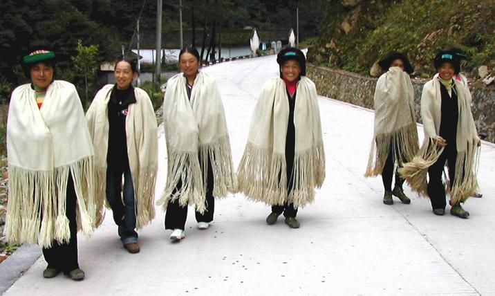 Yi women walking down the road near Xihe