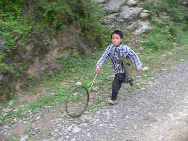 Boy on the way to school in Lóngtángbà.