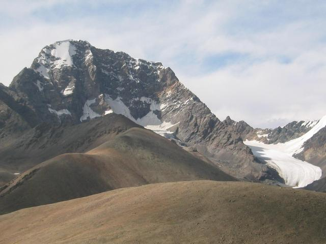 Peak and plummeting glacier at Pass 1.