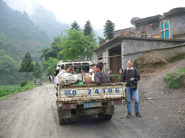 Targ beside the passenger truck on the road to Xiánfú, with the confluence 677 metres WNW.
