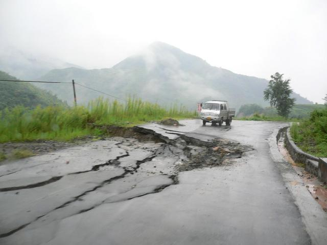 Subsidence on road from Zhushan to Guandu.