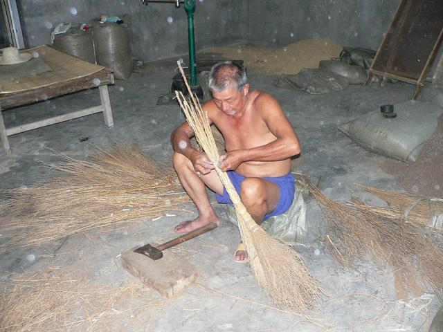 Broom making in Gupei.