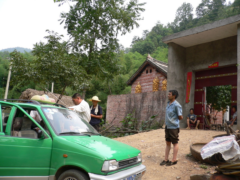 Our taxi and driver in Dàzhuāng Village, attracting some curious locals