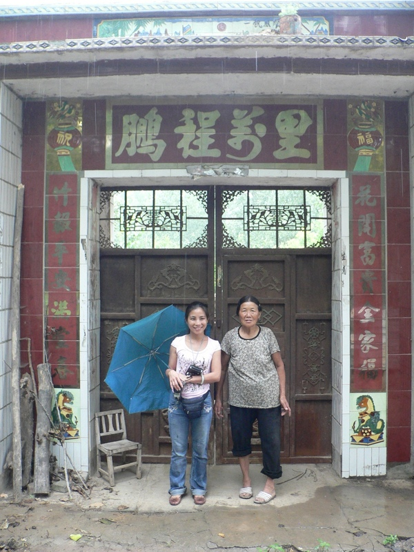 Ah Feng with the lady at the entrance to her house NW of the confluence