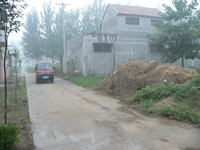 Minivan parked near the confluence in Jīnpō Village