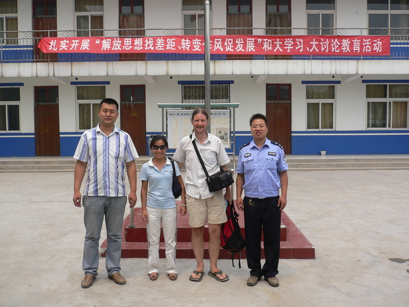 Ah Feng and Targ with the police at the Mǎjiā police station