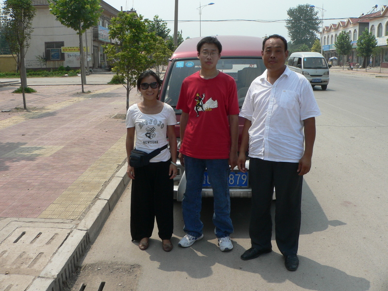 Ah Feng, Liú Bīng and his father, in front of the minivan in Mèngtuǎn