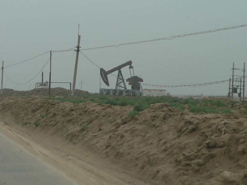Oil well beside the main road, on the way to the confluence