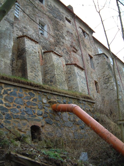 The back of Nižbor Chateau showing the drain pipe that cuts through N50E14.