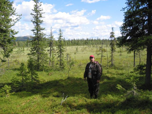 Jyrki Huhtaniska crossing the open swamp