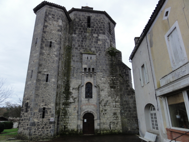 The fortified church (13th century) in Houeilles