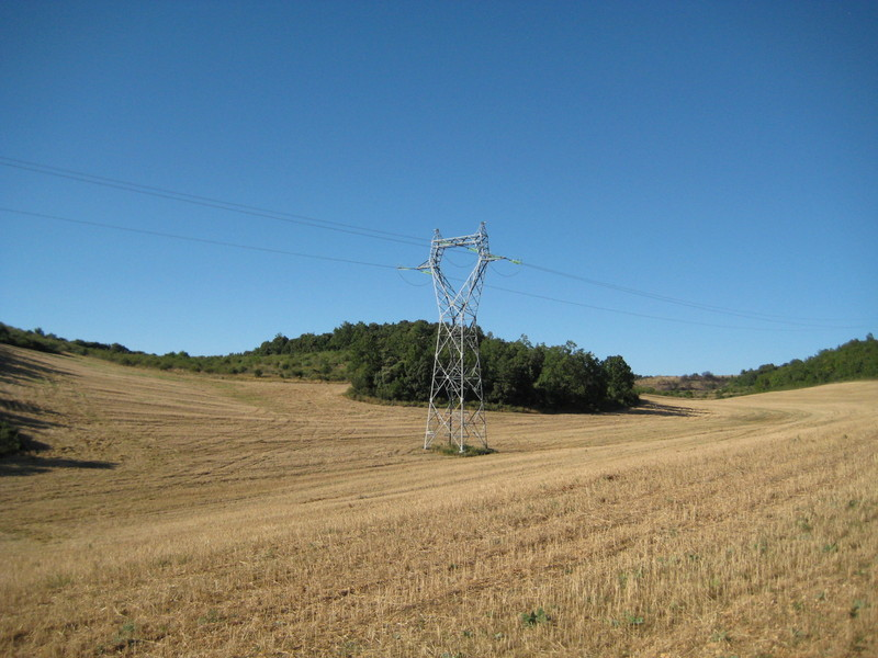 Pylon near the CP - Le champ de blé moissonné et son pylone ERDF