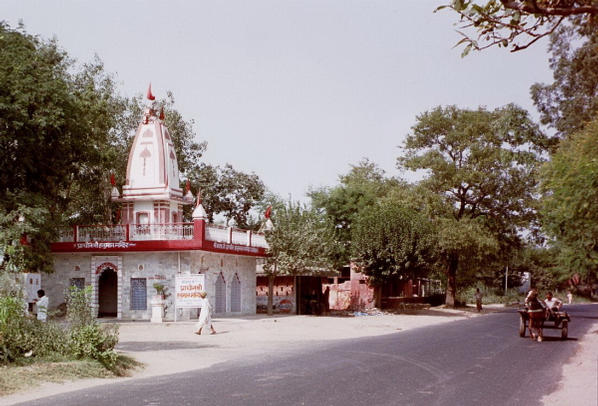 Temple less than 1 km north of confluence - turn from main road here