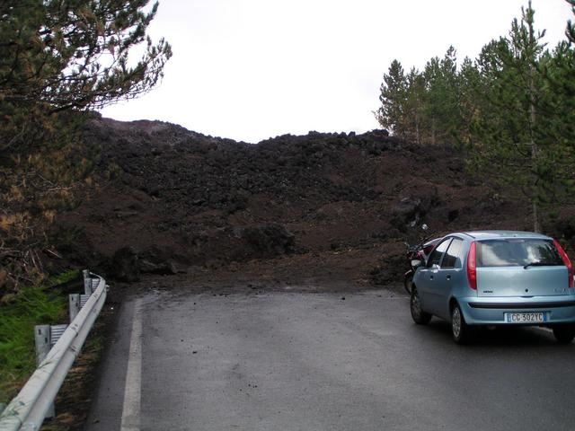 Strasse auf den Ätna verlegt durch Lava / Street to the Etna buried under lava
