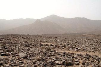 #1: View from the cairn towards the 22N 25E confluence being 150 meters above the plane, on the slope of the gully, at the picture centre. Behind the gully the slopes of the northern Jabal `Uwaynāt ridge.