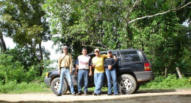 Visitantes Junto al Jeep que nos llevo  visitors and Cherokee Jeep