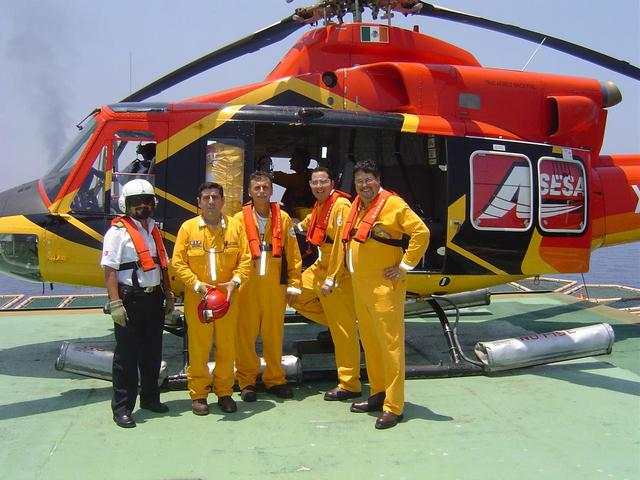 THE HELICOPTER PILOT, THE PLATFORM SAFETY SUPERVISOR, NICOLAS, CARLOS AND ME