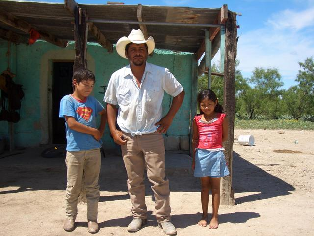 Camilo and two of his kids. Camilo y dos de sus hijos.