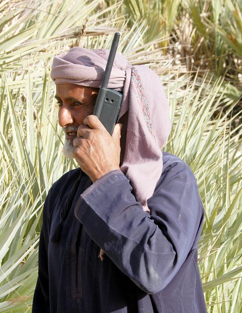 Sulaymān gets to grip with modern technology using a satellite phone