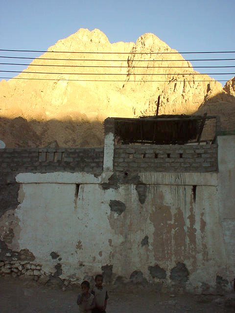 Jabal Thanab in the late evening sun seen from the village Wādiy al-`Arabiyyīn.