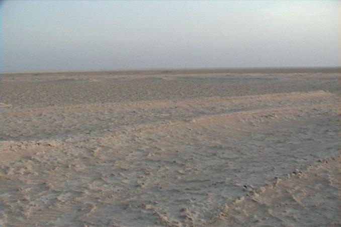 24N 54E, View to the South. We see very clearly the waves of the sabkha.
