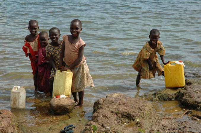 Children at lake shore to fetch water - Nansagazi Village