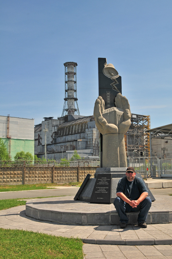 Jan near the Chernobyl nuclear reactor / Jan vor Reaktor #4 in Tschernobyl