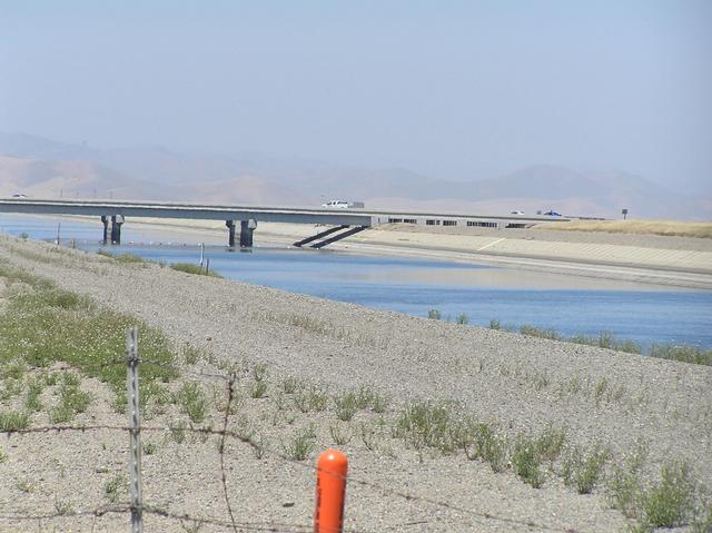 California Aqueduct on Billy Wright Road on the approach to the confluence.