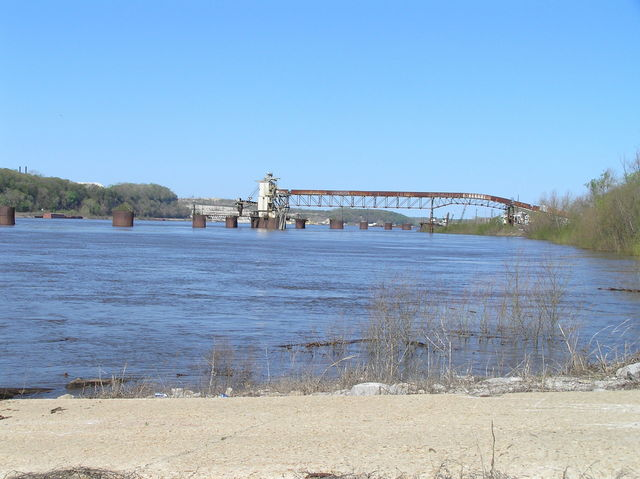Mississippi River at Modoc Ferry crossing, 2 km northwest of the confluence.
