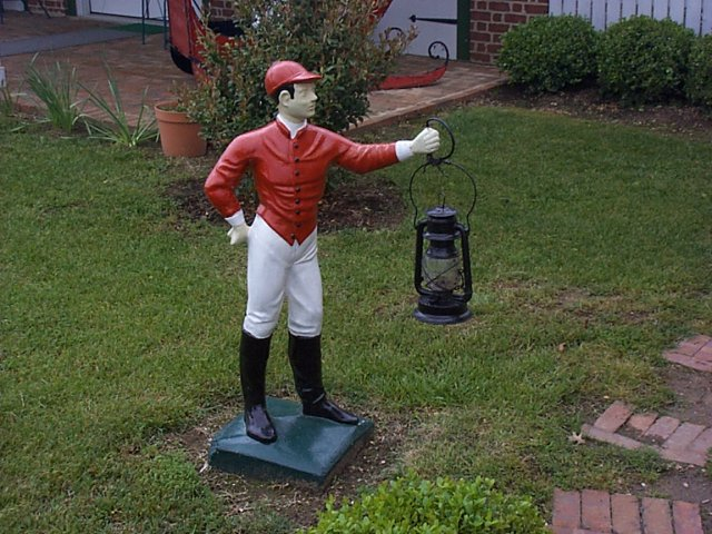 The lawn jockey behind the Linden House (not at the confluence)