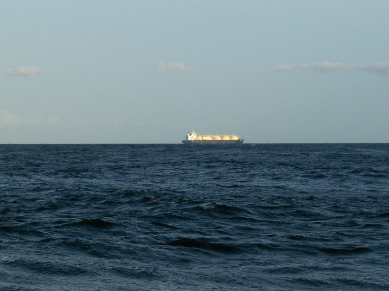 LNG TANKER GOING SOUTH ON DRAGON¨S MOUTHS