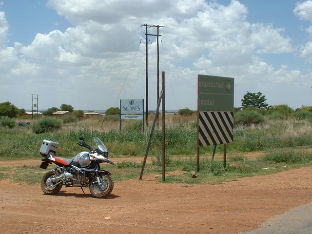Showing turnoff from main road